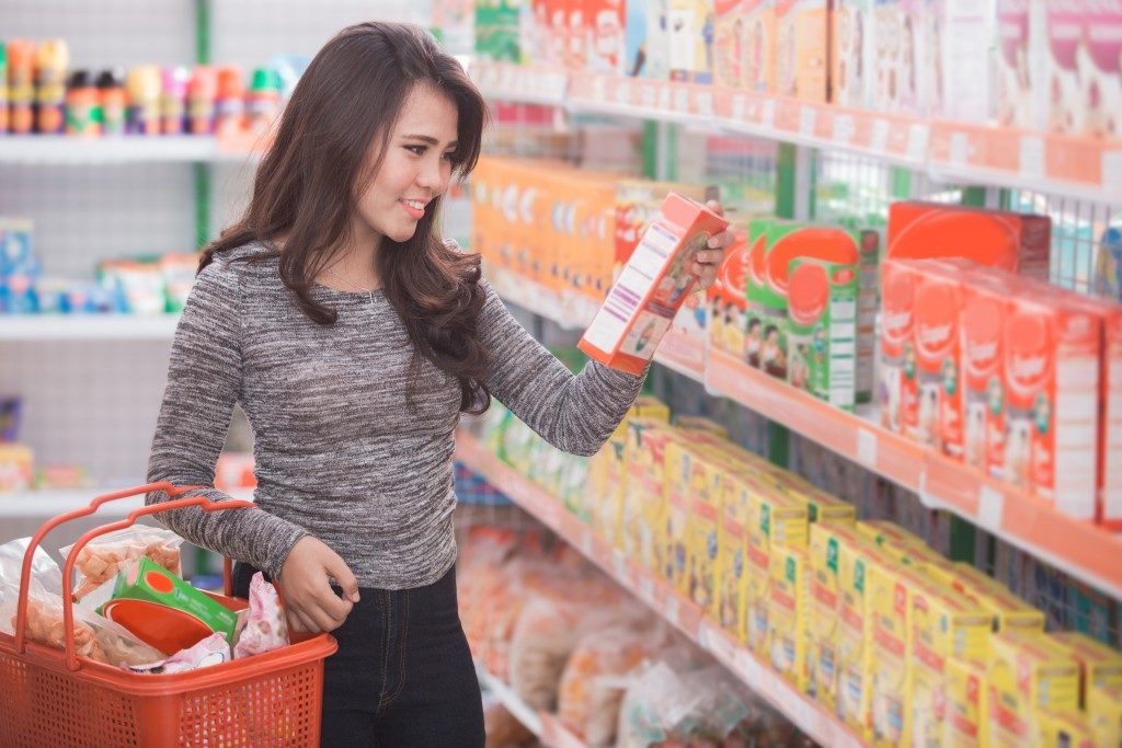 young woman shopping inside the grocery