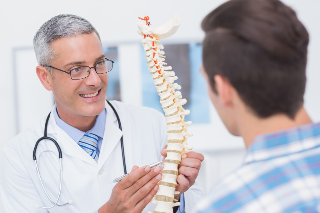 man visiting a chiropractor